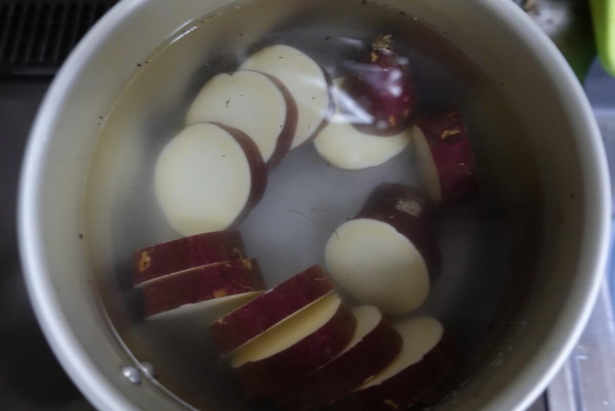 さつまいもを鍋に投入